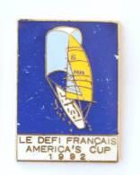 Superbe Pin's LE DEFI FRANCAIS - AMERICA'S CUP 1992 - Le Voilier - Défi Français - I902 - Boats