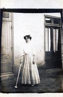Carte Photo D'une Femme élégante Et  Aveugle Tenant Une Canne Blanche Devant Sa Maison Vers 1910 - Anonieme Personen