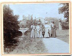 Belle Photo Cartonnée D'un Homme Se Promenant Avec 4 Femmes élégante A Dijon En 1908 - Anonymous Persons