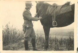 PHOTO SOLDAT DE LA WEHRMACHT WW2 ET SON CHEVAL  9 X 6.50 CM - Guerra 1939-45