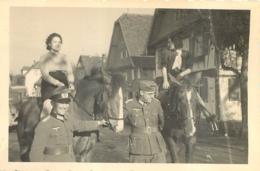 PHOTO SOLDATS DE LA WEHRMACHT WW2 ET FEMMES A CHEVAL   9 X 6.50 CM - Guerra 1939-45