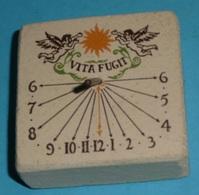 Rare Petit Cadran Solaire En Terre Cuite Ou Pierre Reconstituée Et Tige Métal, VITA FUGIT - Bijoux & Horlogerie