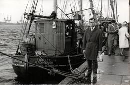 """Carte Photo Originale Homme Posant Au Pied Du Bateau De Pêche  """" Forelle Altenwerder """" Vers 1960 - Schiffe"""