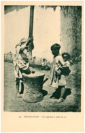 MADAGASCAR - On Apprend à Piler Le Riz - Madagaskar
