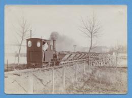 THEMES - CHEMIN DE FER - PHOTO 11.2 Cm X 8.2 Cm - LOCOMOTIVE A VAPEUR WAGONS SUR PONT PROVISOIRE - VOIR ZOOM - Schienenverkehr