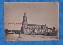 Photo Ancienne D'un Poilu - BACCARAT - Maisons En Ruines Prés De L'Eglise - WW1 Camouflage - Guerre, Militaire
