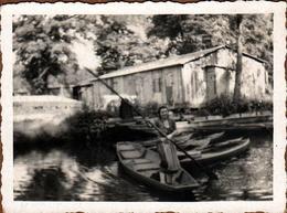 Photo Originale Femme Naviguant Dans Sa Barque à Fond Plat Dans Les Marais Avec Légende Dos - Schiffe