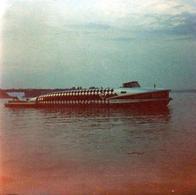 Insolite Photo Carrée Couleur étrange Bateau à La Forme De Baleine En 1974 - Légende Dos - Boats