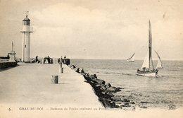 LE GRAU DU ROI...le Phare  Et Les Bateaux De Peche Rentrant Au Port - Le Grau-du-Roi