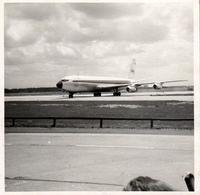 Photo Carrée Originale Avion De Ligne Boeing 707 TWA Sur Tarmac Vers 1960/70 - Aviación