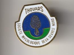 PIN'S THOUARS -- Société Mycologique Deux Sèvres - Les Champignons ( Dép 79 ) - Associations