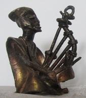 Art Africain Cuivre Musicien Assis D'Afrique Jouant De La Kora Env 7,5 Cm 200 Gr - African Art