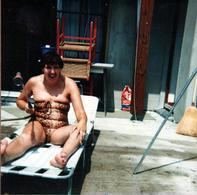 Amusante Photo Carrée Couleur Originale Réveil De La Pin-Up Au Maillot De Bain Léopard Sur Sa Terrasse 1982 & Arrosage - Pin-ups
