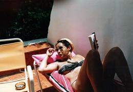 Photo Couleur Originale Lecture & Pin-Up Sexy Lectrice En Maillot De Bain à Pois Sur Sa Terrasse Vers 1980 - Pin-ups