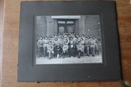 Photo Militaire Les Infirmiers Militaires Avec Fanion Vers 1919 En Allemagne - Guerra, Militari