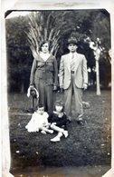 POSTCARD POSTALE PHOTO TARJETA POSTAL YOUNG COUPLE WITH TWO GIRLS CIRCA 1920- NTVG. - Fotografía