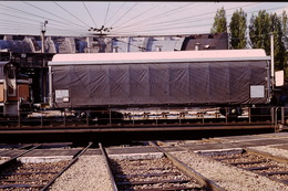 Photo Diapo Diapositive Slide Train Loco Locomotive Wagon Bâché SNCF Sur Pont Tournant à VSG En 5/1990 VOIR ZOOM - Dias