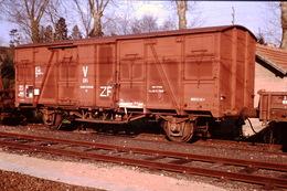 Photo Diapo Diapositive Slide Train Locomotive Wagon Couvert DV1 Equipe Soudure SNCF Classé ZF Le 1/04/1990 VOIR ZOOM - Dias