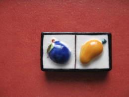 Fève Domino Prune Mangue Série Personnalisée Boulangerie F Pateau Paris 3 ème Les Dominos 2005 ¤ Fèves ¤ Rare Ancienne - Anciennes