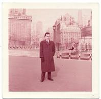 PHOTO  - Jeune Homme élégant - NEW YORK -  Jardins De Battery - Ft 9 X 9 Cm (voir Photographe Au Verso) - Lieux