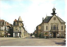 SAINT SAUVEUR - La Mairie - Rue Aristide Briand - Voiture : Renault 4 L - Camion - Francia