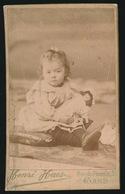 FOTO 10.5 X 6.5 CM - MEISJE MET POP IN ARMEN  - FOTO HENRI HAES  RUE DU PHOENIX 25 - Enfants