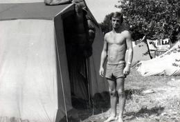 Photo Originale Gay & Playboy Sexy Au Camping Posant Devant Sa Tente Vers 1960/70 - Identifizierten Personen