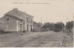 459 40   SABRES  LA GARE Arrivée Du Train De LABOUHEYRE  ( Beau Plan Du Train , Tonneaux, Vélos, Poules,  Animation  ) - Sabres