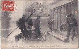 75. INONDATIONS DE PARIS (Janvier 1910). Un Radeau Rue De La Bucherie. 54 - Alluvioni Del 1910