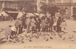 69. LYON. CPA . PLACE DES TERREAUX.LES PIGEONS. ANIMATION. ANNÉE 1926 + TEXTE - Lyon