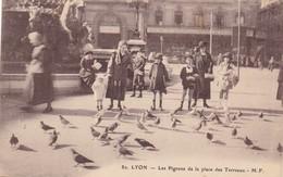 69. LYON. CPA . .LES PIGEONS ET LA PLACE DES TERREAUX.  ANIMATION. ANNÉE 1932 + TEXTE - Lyon