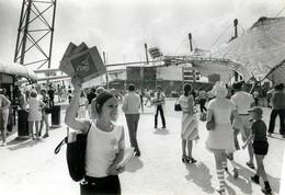 OLYMPIC GAMES MÜNCHEN JEUX OLYMPIQUES MUNICH 1972 VILLAGE OLYMPIQUE VENDEUSE DE PROGRAMME HAILLOT - Sports