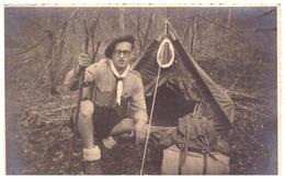 SCOUT DEVANT SA TENTE   ANNEE 1940.50   CARTE PHOTO - Personnes Anonymes