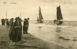 BELGIUM -  La Panne - Fishing Boats And Onlookers Etc - De Panne