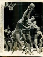 OLYMPIC GAMES MÜNCHEN JEUX OLYMPIQUES MUNICH 1972 BASKETBALL POLISH POLAND PIOTR LANGOZS YUGOSLAVIAN MILUM MAROVIC DAMIR - Deportes