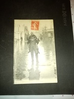 A1: Homme Portant Une Femme Les Pieds Dans L'eau - Paris Flood, 1910