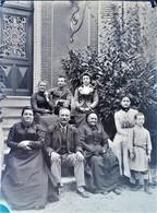Rare Photo Plaque De Verre Négative Format 13 X 18 Cm Groupe De Famille Devant Maison - Glasdias