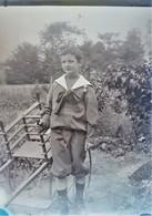 Rare Photo Plaque De Verre Négative Format 13 X 18 Cm Enfant Avec Médaille - Glasplaten