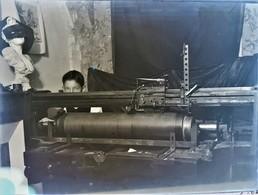 Rare Photo Plaque De Verre Négative Format 23.5 X 18 Cm Enfant Devant Machine - Glasdias