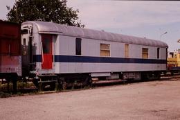 Photo Diapo Diapositive Slide Train Loco Locomotive Wagon Voiture De Service à Laroche Migennes En 8/1989 VOIR ZOOM - Diapositives