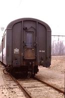 Photo Diapo Diapositive Slide Train Wagon Locomotive Ancienne Voiture De 2ème Classe En Bout à VSG En 3/1989 VOIR ZOOM - Diapositives