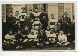 FOOTBALL Jolie CARTE PHOTO Une Equipe DeFootballeurs Posant Fierement Devant Maison 1910     D02 2020 - Calcio