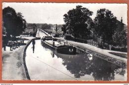 Carte Postale 45. Briare Déhalage D'une Péniche Sur Le Pont-canal Trés Beau Plan - Briare