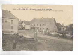 25 - LE VALDAHON - L' Ancien Lavoir Du Vjllage Bas. Animée. Cachet Militaire Au Verso - France
