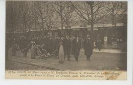 LYON - 28 Mars 1917 - M. POINCARÉ , Président De La République , Visite à La Foire Le Stand Du Creusot , Quai Tête D'Or - Otros
