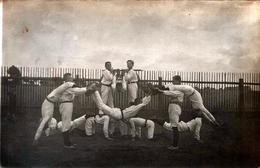 Carte Photo Originale Gymnastique Acrobatique & Groupe D'Hommes Adolescents En Représentation Au Jardin En 1920 Légende - Sports