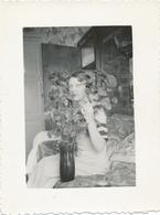Snapshot Belle Jeune Femme Vintage Mode Coiffure Bouquet De Fleurs Roses Flowers - Persone Anonimi