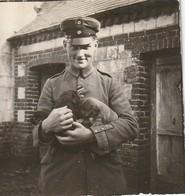 Photo 1917 PARPEVILLE (près Ribemont) - Soldat Allemand Avec Des Chiots (de Pussi) (A218, Ww1, Wk 1) - France