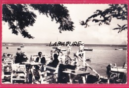 """33 - PETIT PIQUEY---La Terrasse Du Café """"Auguste """" Sur Le Bassin---cpsm Pf - France"""