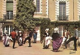 49. CPM. Maine Et Loire. Savennières. Folklore De L'Anjou. Danse La Guimbarde Dans Le Cadre Du Château De Varennes - Andere Gemeenten